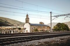 Kerk naast de spoorweg Royalty-vrije Stock Afbeeldingen