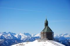 Kerk op berg stock afbeelding