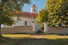 Kerk op de heuvel met een klokketoren stock foto