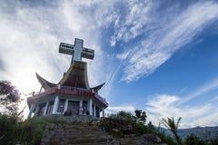Kerk op de heuvel in Rantepao-stad Stock Foto's