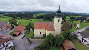 Kerk op de heuvel van een dorp stock footage