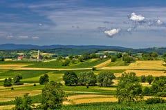 Kerk op de mooie heuvel in de lente Stock Afbeeldingen