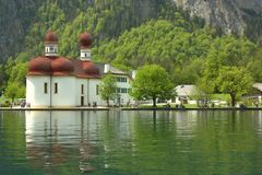 Kerk op de Oever van het meer Royalty-vrije Stock Foto