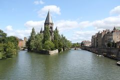 Kerk op de rivier stock afbeelding