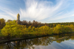 Kerk op de rivier stock foto