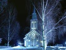 Kerk op een de winternacht Royalty-vrije Stock Afbeeldingen