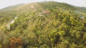 Kerk op een heuvel in Malbato-dorp filippijnen Coron PALAWAN Lucht Mening stock footage