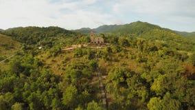 Kerk op een heuvel in Malbato-dorp filippijnen Coron PALAWAN Lucht Mening stock video