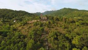 Kerk op een heuvel in Malbato-dorp filippijnen Coron PALAWAN Lucht Mening stock videobeelden