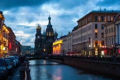 Kerk op Gemorst Bloed bij nacht Heilige Petersburg Stock Afbeelding