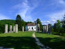 Kerk op heuvel stock afbeeldingen
