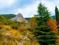 Kerk op rotsachtige berg Stock Foto