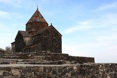 Kerk op weinig schiereiland in Sevan stock foto