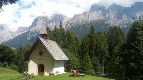 Kerk over bergen Stock Fotografie