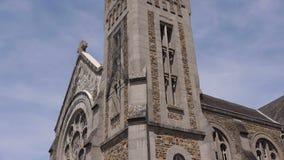 Kerk in Pont D Ouilly Normandië Frankrijk, schuine stand stock videobeelden
