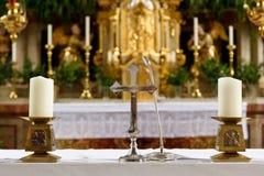 Kerk` s altaar met kruisbeeld en kaarsen Stock Afbeelding