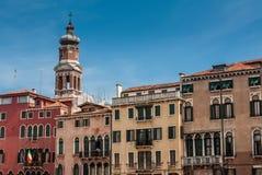 Kerk San Bartolomeo en oude vinagehuizen op Grand Canal Stock Fotografie