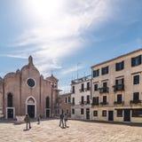 Kerk San Giovanni in Bragora met toeristen op vierkant Stock Afbeeldingen