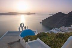 Kerk in Santorini bij Gouden Zonsondergang Stock Foto