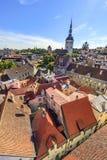 Kerk Sinterklaas en daken van de oude stad van Tallinn, Estoni Royalty-vrije Stock Afbeeldingen