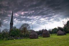 Kerk in toneelplatteland stock afbeeldingen