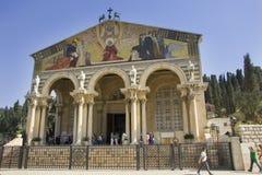 Kerk van Alle Naties in Jeruzalem met pelgrims en toeristen, mening van de voorzijde Stock Afbeelding