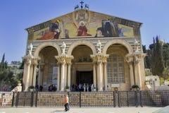 Kerk van Alle Naties in Jeruzalem met pelgrims en toeristen, mening van de voorzijde stock fotografie