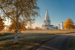 Kerk van de Beklimming in Kolomenskoye-de herfstochtend stock foto's