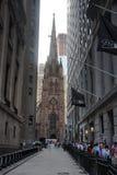 Kerk van de Heilige Drievuldigheid tussen wolkenkrabbers Stock Afbeelding
