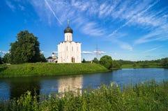 Kerk van de Interventie van de Vergine Santa op de Nerl-Rivier op de heldere de zomerdag Stock Afbeelding