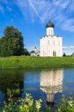 Kerk van de Interventie van de Vergine Santa op de Nerl-Rivier op de heldere de zomerdag Stock Fotografie