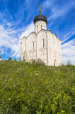 Kerk van de Interventie van de Vergine Santa op de Nerl-Rivier op de heldere de zomerdag Stock Foto's