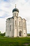 Kerk van de Interventie van de Vergine Santa op de Nerl-Rivier op de heldere de zomerdag Royalty-vrije Stock Fotografie