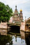 Kerk van de Verlosser op Bloed achter de brug in de ochtend Royalty-vrije Stock Afbeeldingen