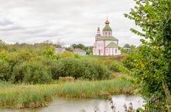 Kerk van Elijah de Helderziende op de berg van Ivanova vóór het onweer in Suzdal Stock Foto's