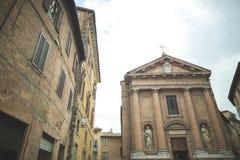 Kerk van Heilige Christopher met standbeelden op voorgevel stock foto's