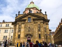 Kerk van Heilige Francis van Assisi op Charles Bridge in Praag stock afbeelding