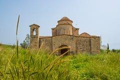 Kerk van het de 6de eeuw de Byzantijnse Klooster van Panayiakanakaria achter gersthop stock fotografie