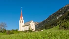 Kerk van het dorp in Zuid-Tirol, Racines, Trentino Alto Adige, Italië stock foto's