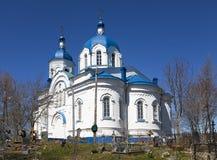 Kerk van het Feest van het Kruis, de 19de eeuw, en de overblijfselen van de geworpen begraafplaats Het dorp Opolye, 100 km van St Royalty-vrije Stock Fotografie
