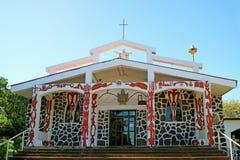 Kerk van het Heilige Kruis, dat het mengsel tussen Katholieke symboliek en mythologie van Rapa Nui op hoofdvoorgevel, Pasen-Eilan stock afbeeldingen