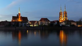 Kerk van het Heilige Kruis en Wroclaw-Kathedraal op Tumski-eiland, Polen royalty-vrije stock foto's