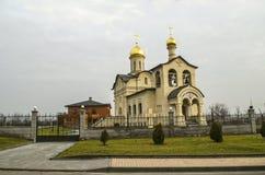 Kerk van het leven-Gevend kruis van Lord achter de decoratieve smeedijzeromheining tegen de bewolkte hemel, in Yerevan op Admiraa stock fotografie