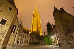 Kerk van Onze Dame in Brugge bij nacht stock fotografie