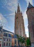Kerk van Onze Dame en huizen in Brugge/Brugge, België Stock Fotografie