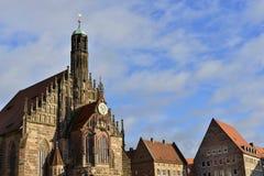 Kerk van Onze Dame Frauenkirche en historische buidings stock fotografie