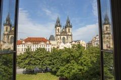 Kerk van Onze Dame Before Tyn van een venster Stock Fotografie
