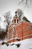 Kerk van rode bakstenen in de winter Rusland Stock Foto