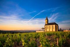 Kerk van Saint Laurent d'Oingt in zonsopgangtijd, Beaujolais, Frankrijk Royalty-vrije Stock Foto's