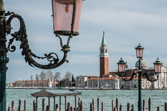 Kerk van San Giorgio Maggiore en overladen lantaarnpalen Stock Fotografie